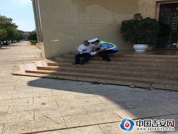突发事故老人受伤 交警协助送医