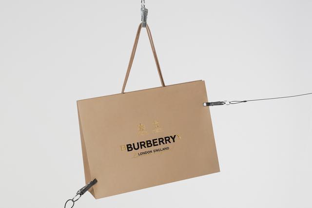 仅限24小时!Riccardo Tisci入主Burberry首款单品周冬雨已上身!