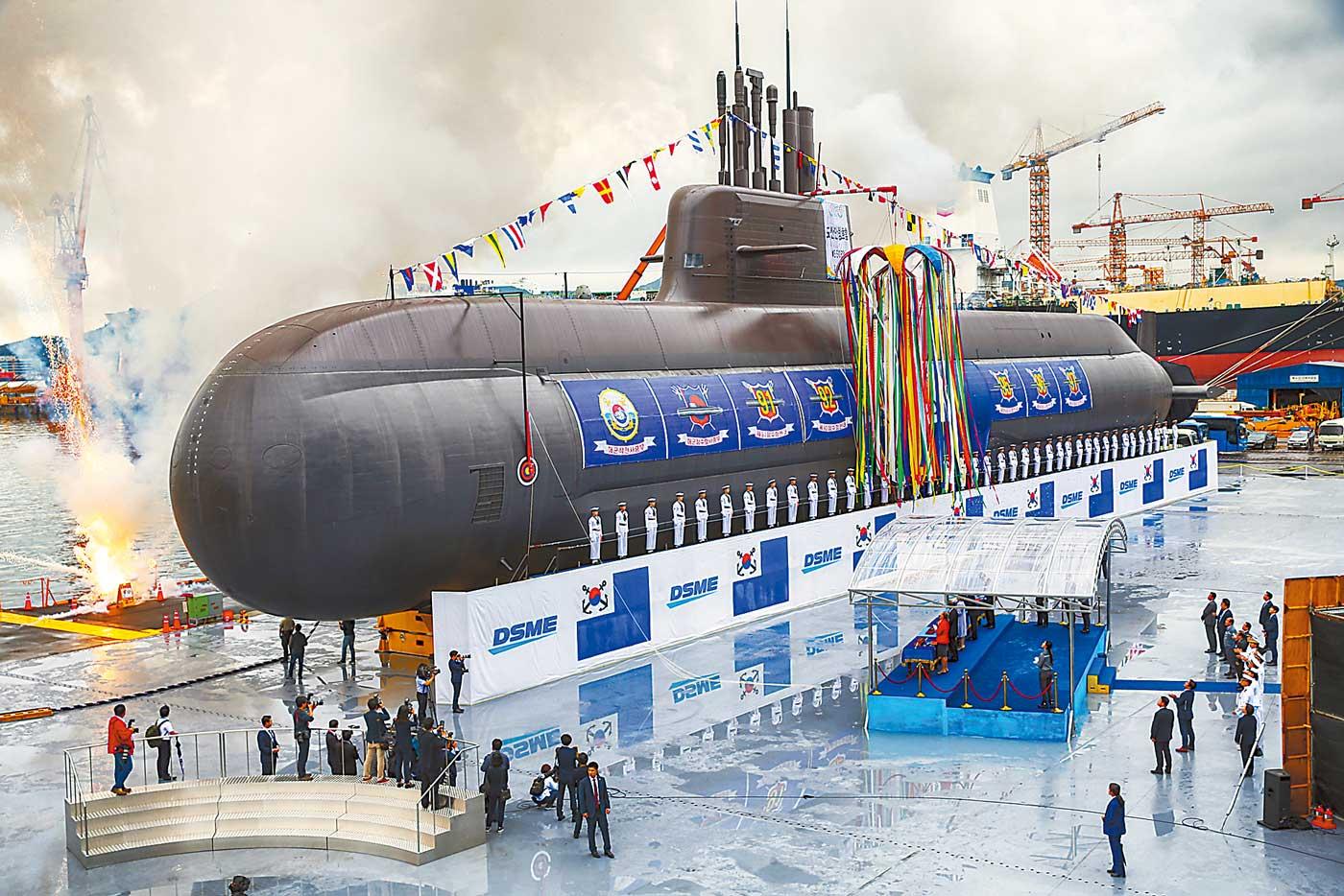 韩国新型潜艇举行下水仪式 韩总统亲自到场