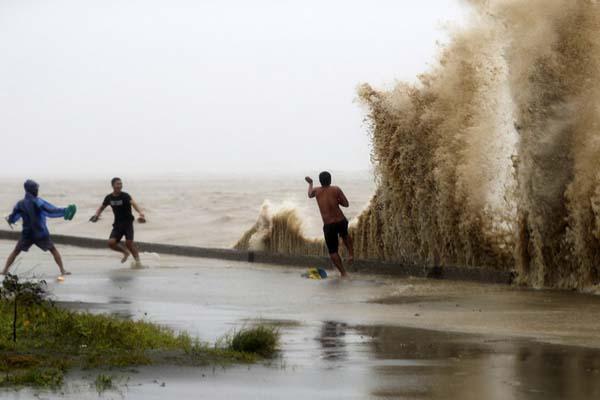 """超强台风""""山竹""""今晨登陆菲律宾 狂风暴雨肆虐"""