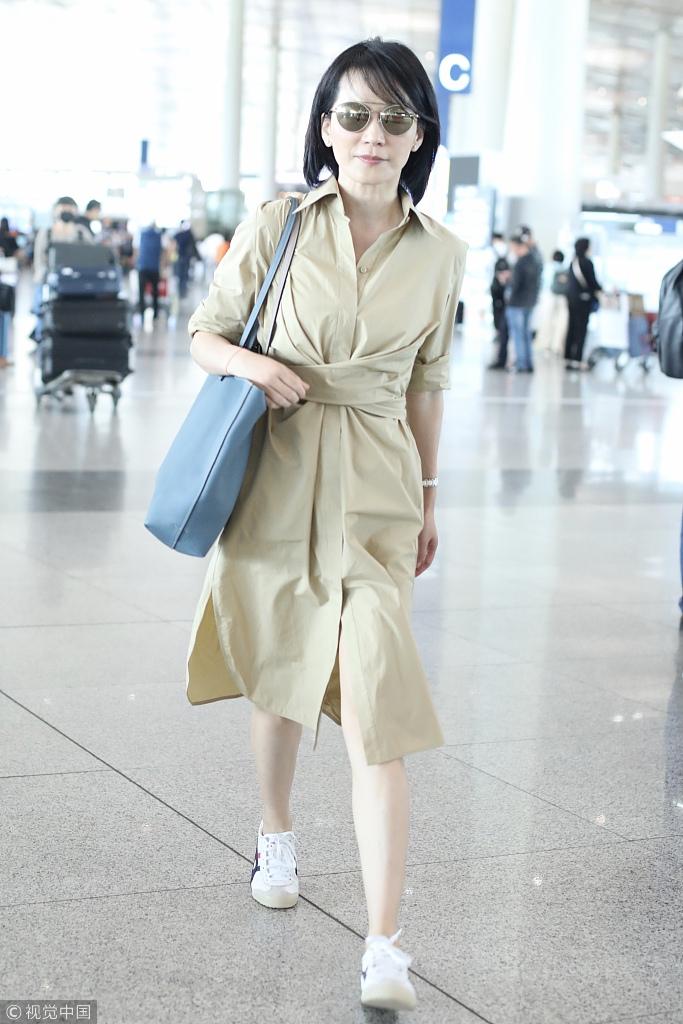 47岁俞飞鸿肌肤白嫩 穿长裙显优雅