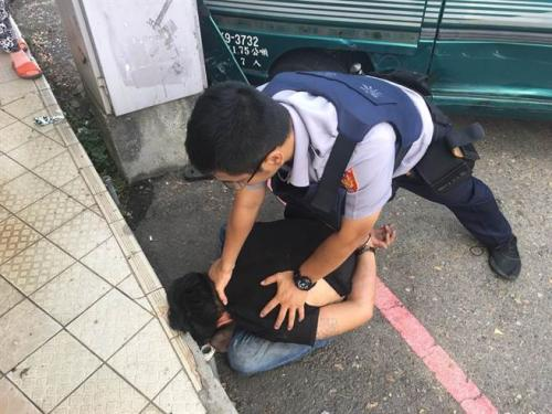 台湾偷车贼撞坏警车高速乱窜 警方惊险追捕擒贼