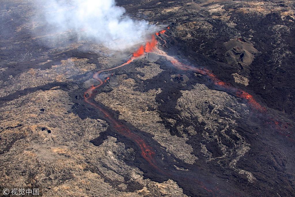 法属留尼旺岛火山喷发 炙热熔岩大量涌流