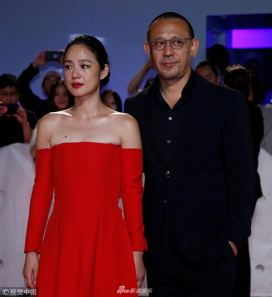 [星娱闻]姜文夫妇亮相多伦多电影节红毯 周韵一袭红裙美艳大方