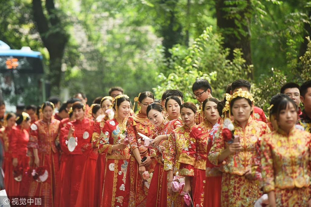 2018年9月15日,参加低碳婚礼的新人下车后前往杭州植物园的婚礼现场。