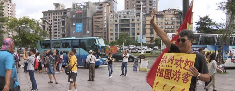 台北101大厦前飘扬五星红旗,绿媒又着急