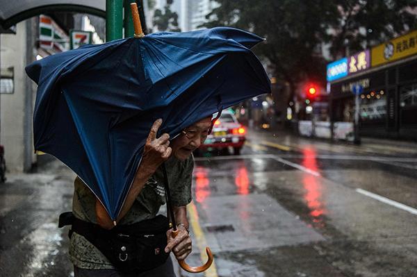 香港天文台发布红色暴雨警告,警方证实有楼层玻璃窗爆裂