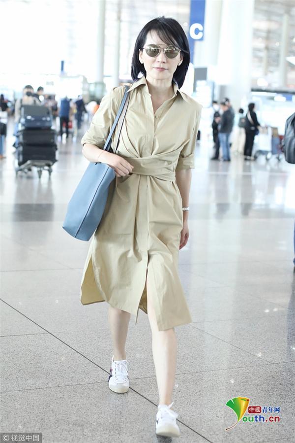 47岁俞飞鸿肌肤白皙 着卡其色长裙显优雅文艺