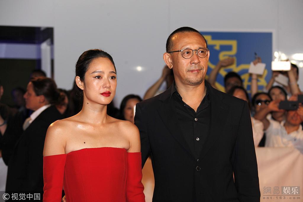 [星娱闻]姜文夫妇亮相多伦多电影节 周韵红裙秀香肩