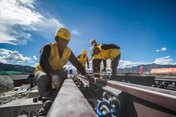 川藏铁路拉林段车站道岔进入铺设阶段
