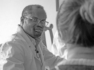 这位敬业的中医博士来自西非马里