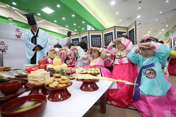 韩国小朋友学习中秋祭祖行礼 认真乖巧有模有样