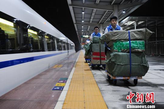 西成高铁首次运输跨境商品 探索空铁联运物流新模式