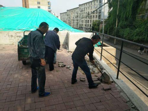 【志愿者在行动】路面坑洼不平志愿者帮修补