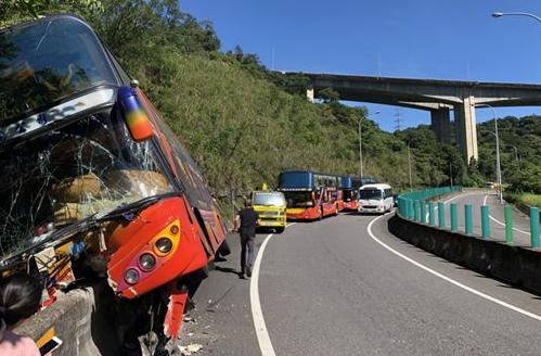 台湾某游览车突然失控发生意外 29人被送医1人伤重