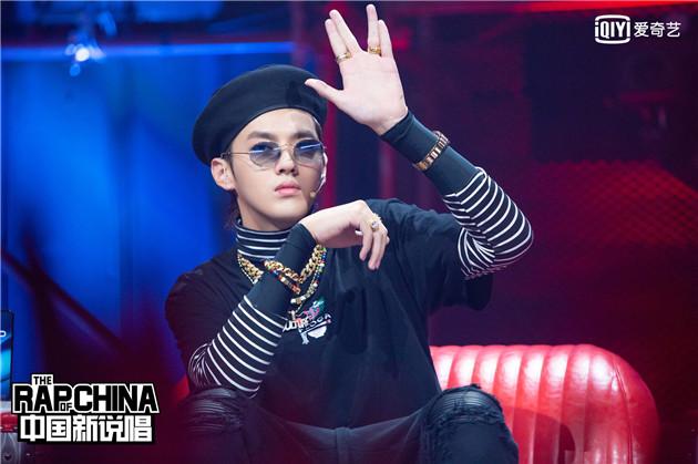 吴亦凡戴贝雷帽上节目 时装精早都戴上了