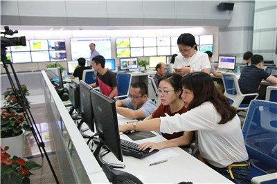 """台风""""山竹""""给深圳带来狂风暴雨 成为 30 多年以来影响深圳最强台风"""