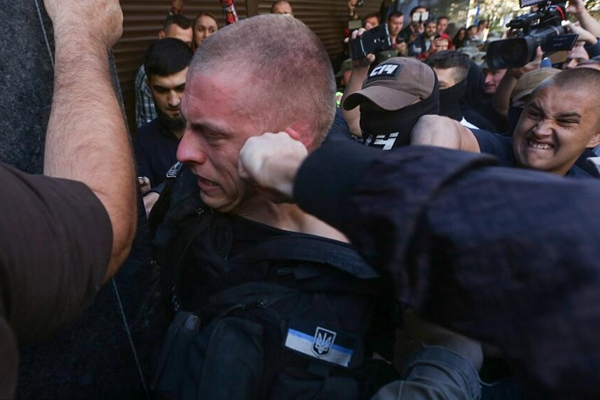 乌克兰极右团体游行变骚乱 冲击政府大楼围殴警察