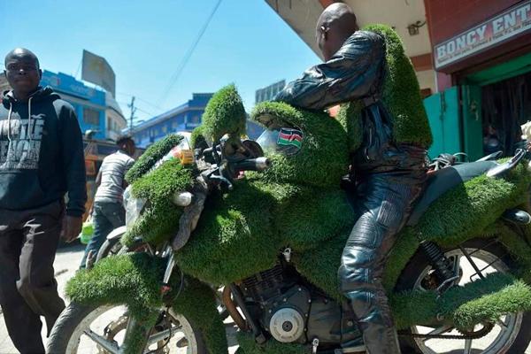 """肯尼亚牛人打造""""纯绿色""""摩托车 车身通体被草皮覆盖"""