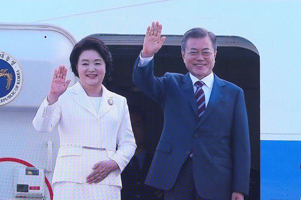 文在寅夫妇启程赴平壤登机前微笑致意