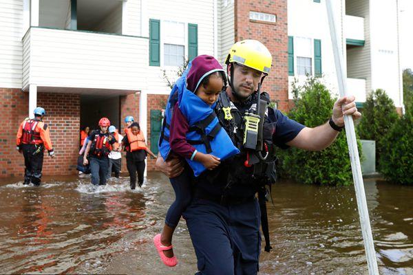 """飓风""""佛罗伦萨""""已经造成32人死亡  数百人被困"""