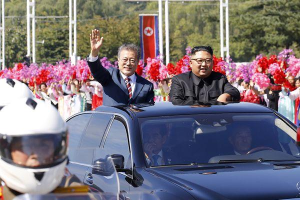 文在寅金正恩共同乘车前往朝鲜百花园国宾馆