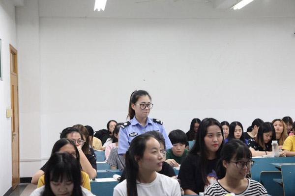 开学典礼上感动新生的杭师大保安小姐姐走进大学课堂
