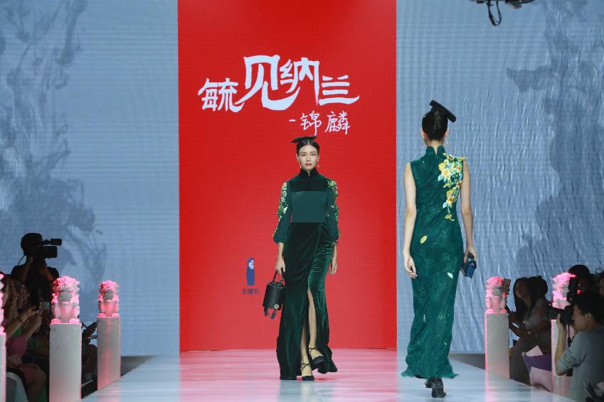 非遗满绣纳兰红亮相2018北京时装周 东方时尚显国风