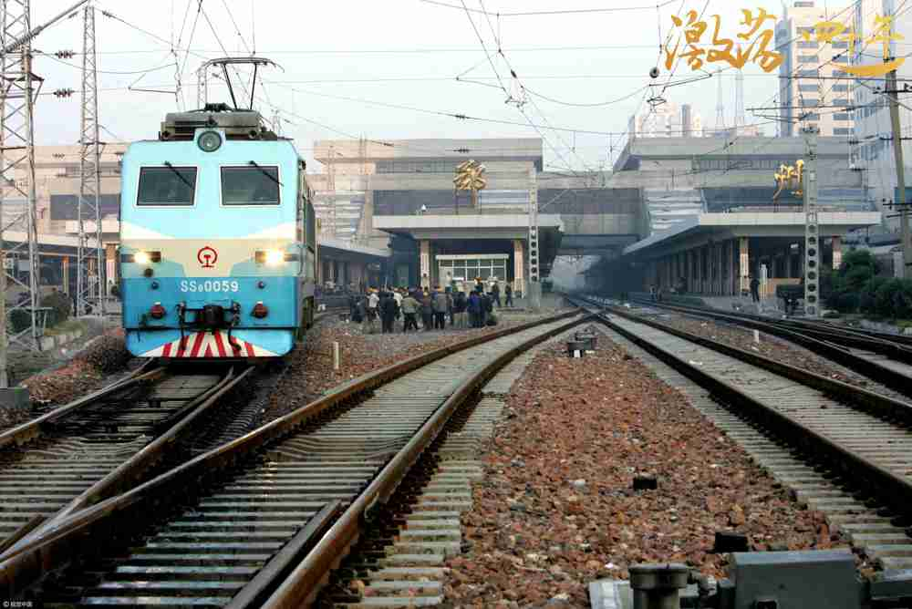 图为2005年10月27日,郑州火车站.    图片来源:视觉中国