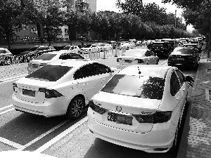 两排停车位占道被吐槽