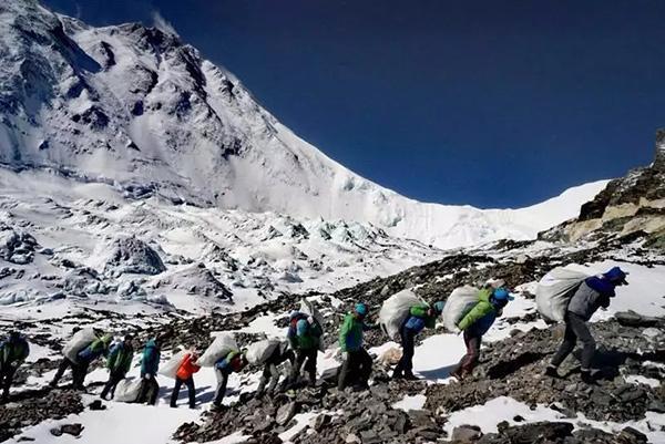 环境部:西藏珠峰保护区清理多年来登山人员排泄物约2.2吨