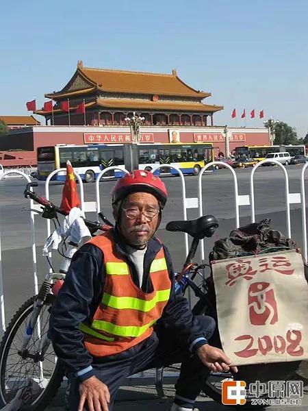 七旬老人独自骑行10万公里 走遍中国和世界23国