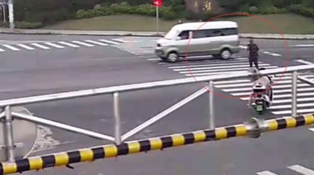 男子闯红灯被撞飞 监控还原惊险一幕