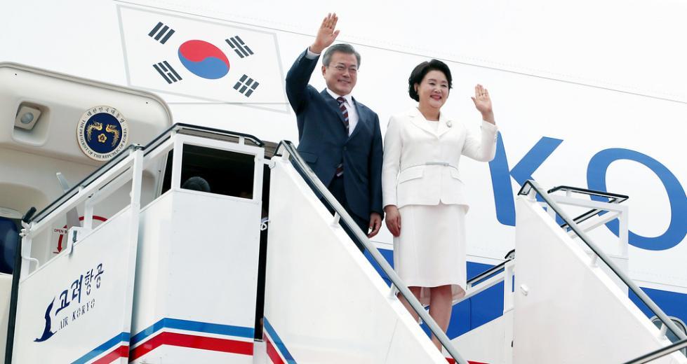 文在寅坐飞机俯瞰朝鲜半岛 感叹:我们共同的祖国
