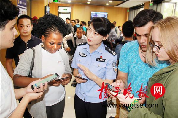 南京警方多措并举应对留学生办证高峰