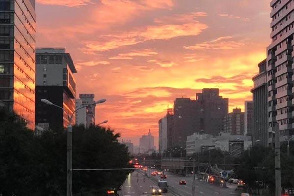 北京傍晚现绚丽火烧云