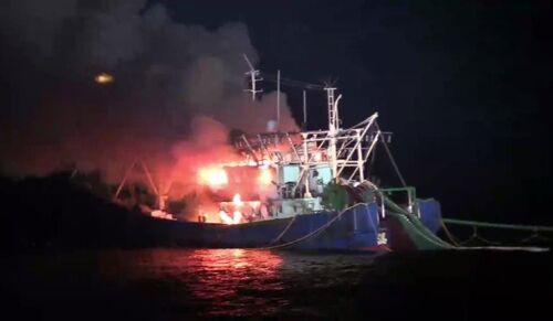 韩媒:一艘中国渔船在韩失火,中韩合作救出全部8名渔民
