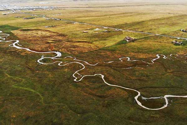 空中俯瞰甘肃藏乡草原河流蜿蜒如大地脉搏