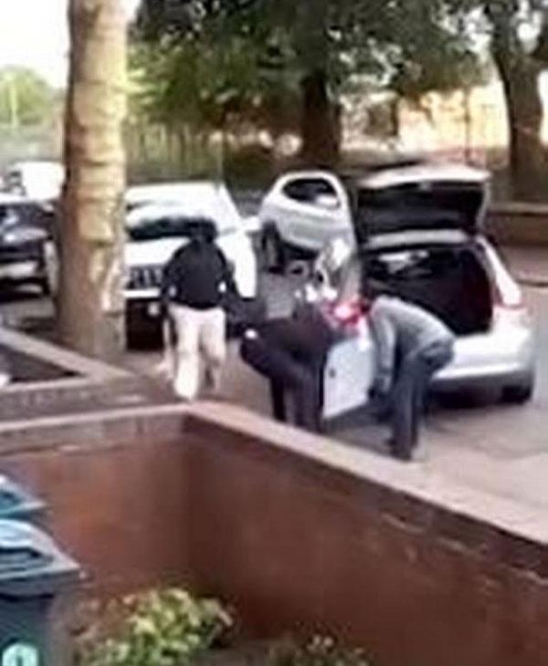英劫匪从居民家中抢走保险箱驾车逃离