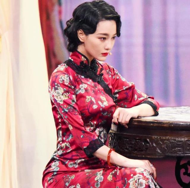 张馨予现身综艺,旗袍装惊艳全场,身材颜值没得挑,却输给了她