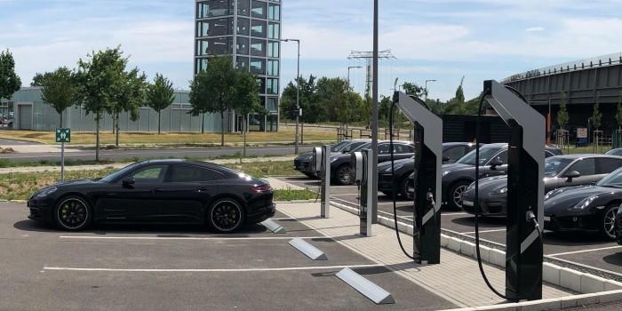 """人民日报海外版:管好充电桩 城市管理需先""""充电"""""""