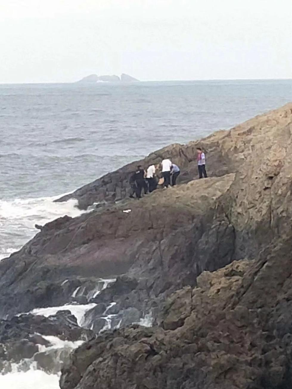 老板带员工兴致勃勃去看海 结果一群人被海浪卷走