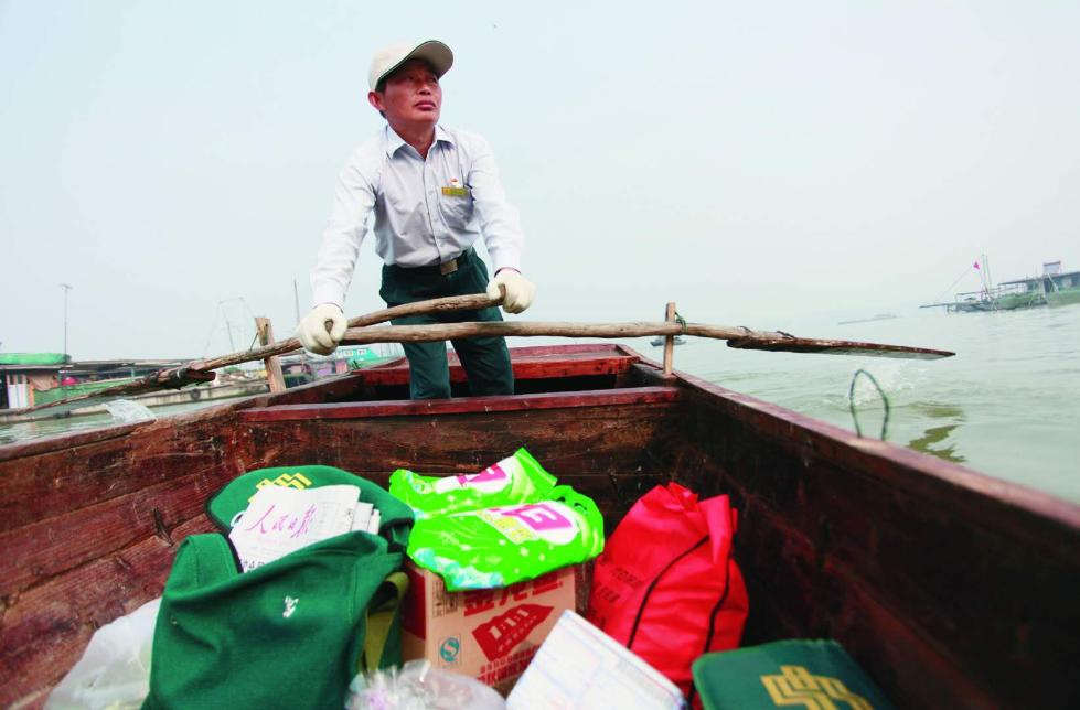 """一个人,一条船,20年,这位邮递员在洪泽湖上 """"摇""""出数万里邮路"""