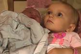 一岁女孩对刚出生妹妹呵护备至 不准他人带走
