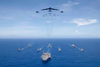 美国海军又在西太秀武力 轰炸机飞掠航母战斗群