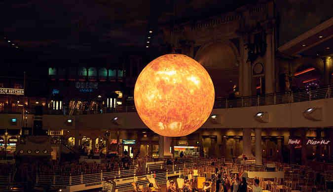 """英国购物中心现巨型人造""""太阳"""",亮度相当1.2万个灯泡"""