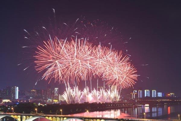 长沙:焰火照湘江