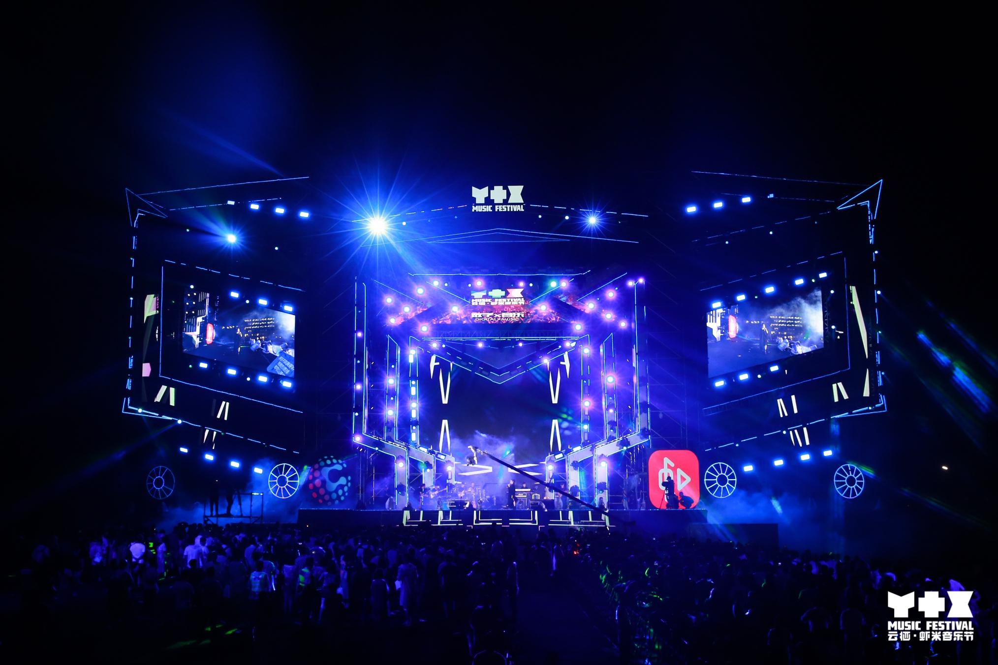 马云来到云栖虾米音乐节与歌手李健对唱《传奇》_东方头条