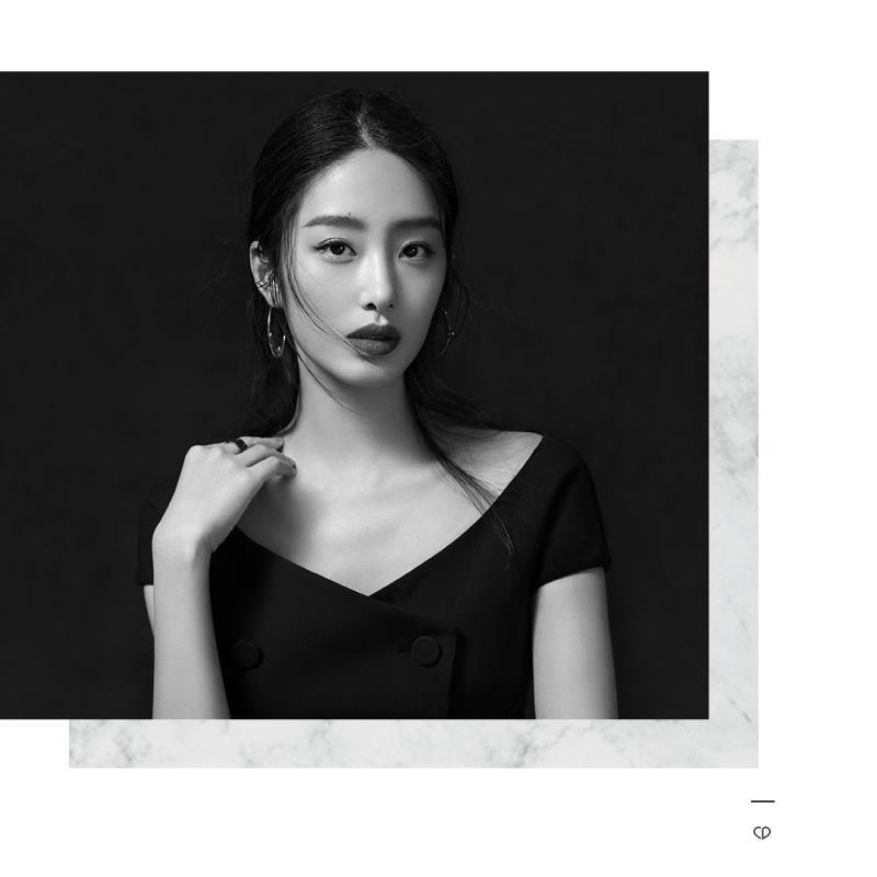 杨采钰获封品牌香氛大使 长裙红唇优雅迷人