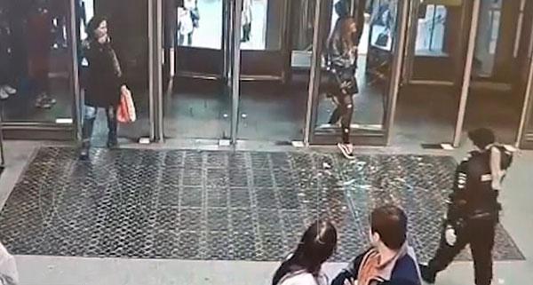 俄女子进地铁不慎撞穿玻璃门致头腿缝针